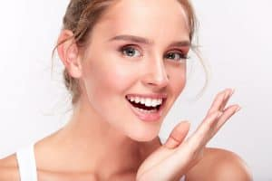 an image of a lady with porcelain veneers